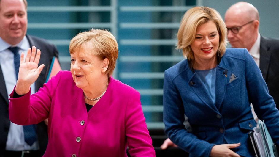 """Bundeskanzlerin Angela Merkel (CDU) und Agrarministerin Julia Klöckner (CDU) am Montag auf dem """"Agrargipfel"""" im Bundeskanzleramt"""