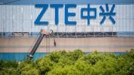 Das ZTE-Logo an einem Gebäude in Schanghai: Der chinesische Netzwerkausrüster wird zunehmend zum Spielball im Handelsstreit zwischen Amerika und China.
