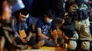 Die Polizei befragt Studenten, die die belagerte Universität verlassen haben.