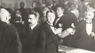 Der Vorsitzende der ukrainischen Delegation Sevrjuk erhebt sein Glas auf den Abschluss des Separatfriedens mit der Ukraine. 9. Februar 1918.