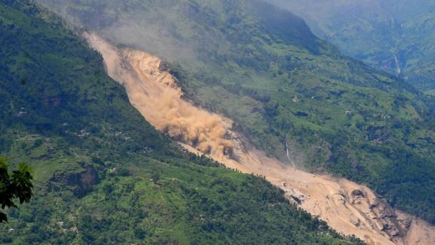 Erdrutsch begräbt Dorf und staut Fluss zum See