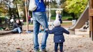 Hosen- statt Rockzipfel: Nur wenige Väter in Frankfurt nehmen Elternzeit.