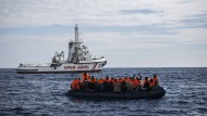 Nahe der spanischen Küste treffen Flüchtlinge auf ein Schiff der spanischen Nichtregierungsorganisation Pro Activa Open Arms.