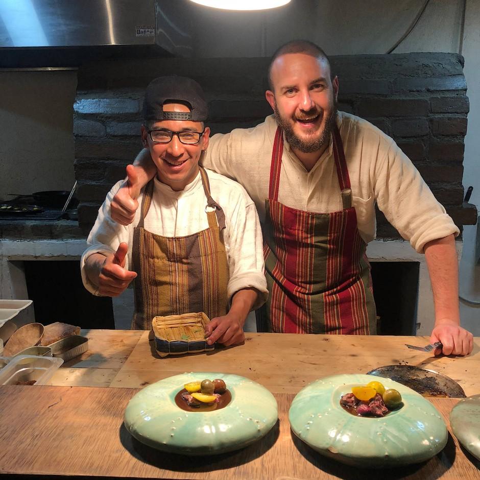 Quitu-Chef Juan Sebastian (rechts) und Sous-Chef Chema drapieren Lama