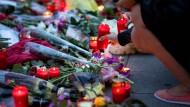 Blumen und Kerzen vor dem Olympia-Einkaufszentrums in München