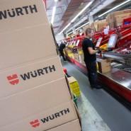 Ein Mitarbeiter des Großhändlers für Befestigungs- und Montagetechnik Würth steht an einer Kommissionierungsstraße in einer Fabrik in Stuttgart.