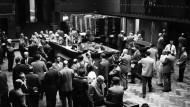 Auf dem Parkett: Wenn diese Herren 1956 in die 30 größten deutschen Unternehmen investiert hätten, wären sie heute wohl sehr reich – oder ihre Erben.
