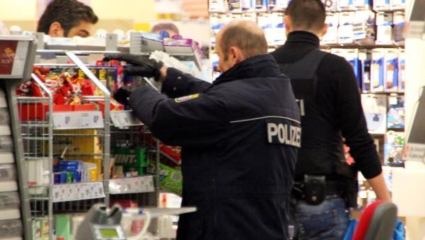 Hausdetektiv legt Handgranate in Spielzeugregal