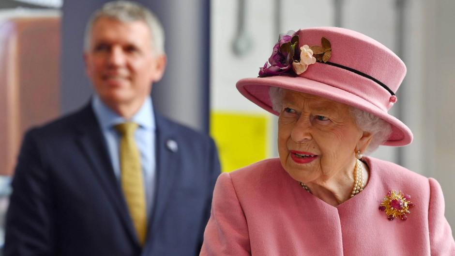 Die 94-Jährige besuchte gemeinsam mit ihrem Enkel William ein Rüstungstechnologiezentrum in der Nähe der südenglischen Stadt Salisbury.