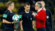 Köln-Trainer protestiert bei den Schiedsrichtern während der Partie in Dortmund.