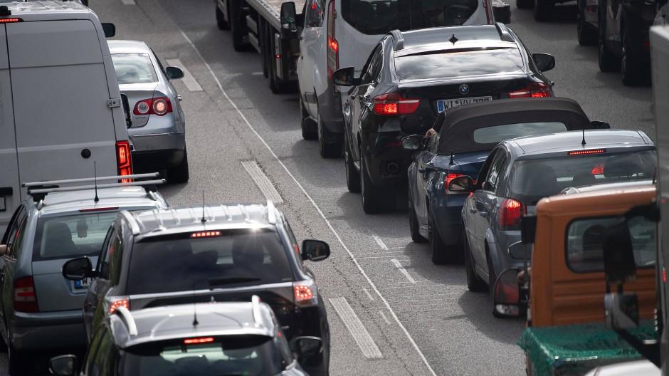 Wiesbaden: Autos stauen sich im Berufsverkehr nach der Sperrung der Salzbachtalbrücke auf der A66.