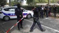 Französische Sicherheitskräfte am Tatort der Messerattacke in Trappes