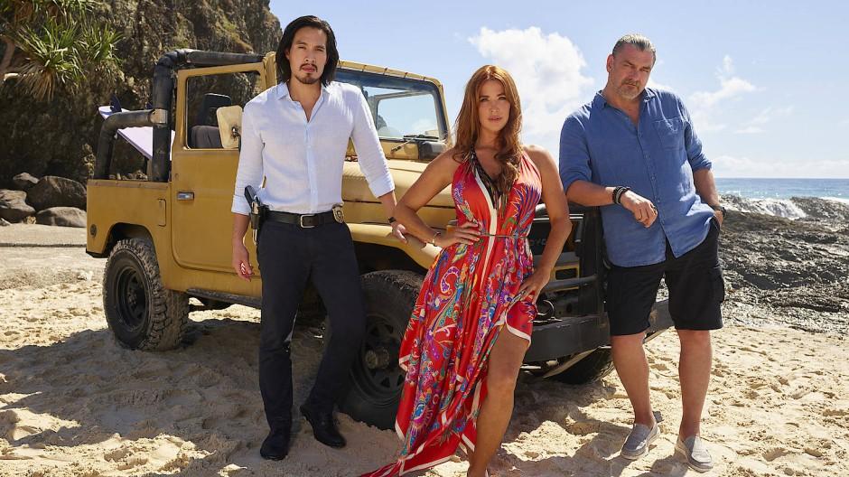 Das Leben am Strand kann hart sein: Wyatt Cole (Desmond Chiam), Cat Chambers (Poppy Montgomery) und Jake Elliot (Ray Stevenson)