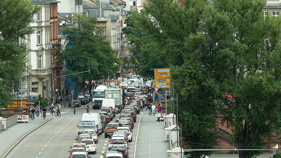 Mehr stop als go: Gut möglich, dass auf der Untermainbrücke mancher Autofahrer über die Frankfurter Verkehrsplaner geflucht hat.