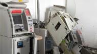 Ruine eines Geldautomaten: Im Automatenraum der Berliner Sparkasse in Kreuzberg blieben nach einer Sprengung nur diese Trümmer zurück.