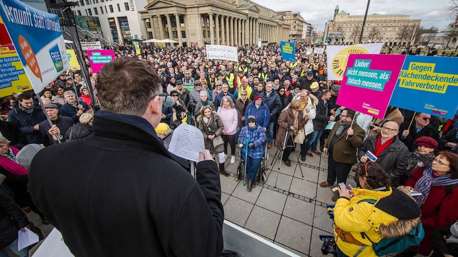 Die CDU beteiligte sich zuletzt an den Protesten der Gelbwesten in Stuttgart – hier in Person des Bundestagsabgeordneten Stefan Kaufmann, der bei einer Demo auftrat.