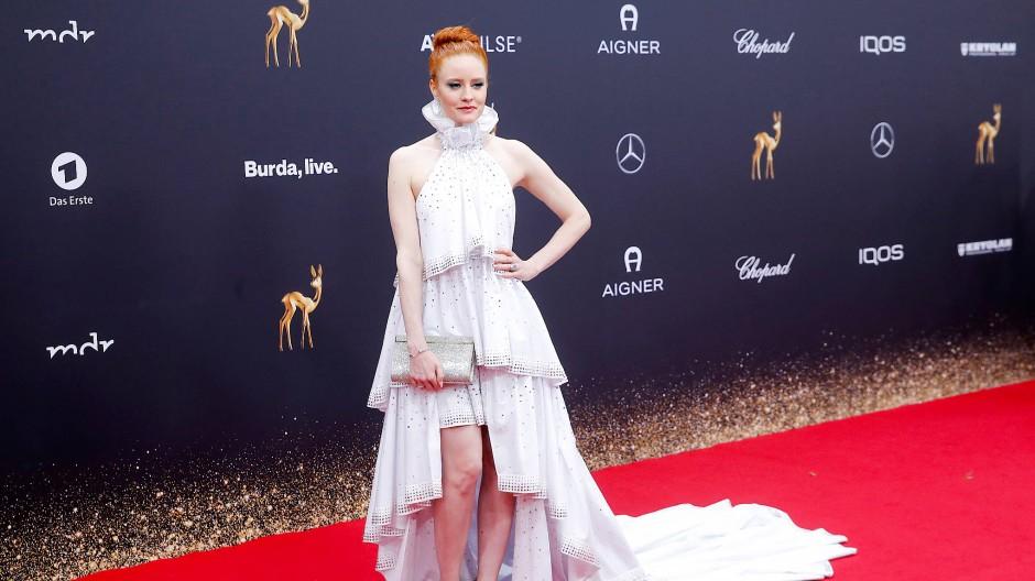 Das Model Barbara Meier trug ein aus 30 Meter Stoff bestehendes Kleid – aus fairer Produktion.