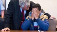 Der Angeklagte sitzt am Freitag im Amtsgericht in Köln.
