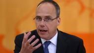 Der hessische Innenminister Peter Beuth (CDU) gibt Antworten.