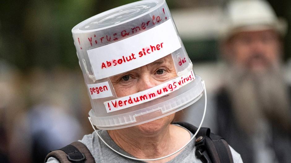 Ein Demonstrant vergangenen Sonntag in Berlin hat sich für eine stilsichere Kopfbedeckung entschieden.