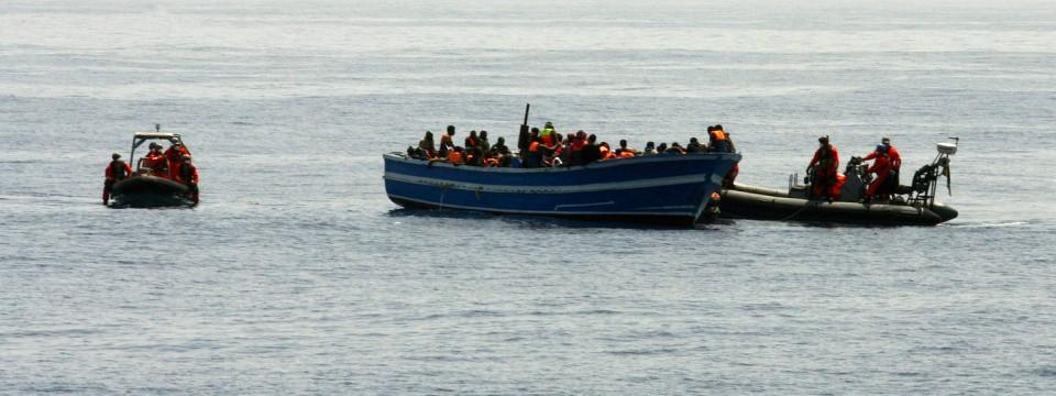 mittelmeer deutsche marine soll fl chtlingsboote nach rettung von migranten versenken politik. Black Bedroom Furniture Sets. Home Design Ideas