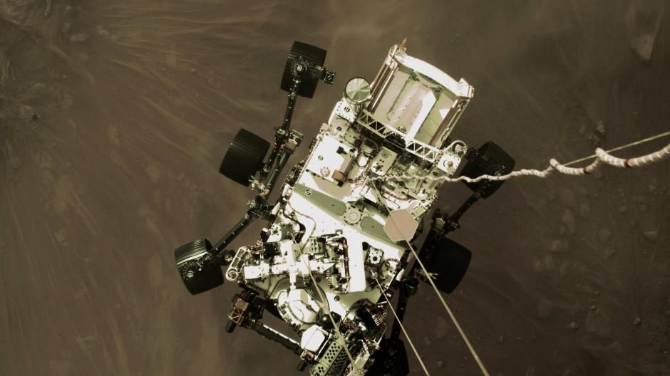 """Viel sauberer als eine Smartphone-Kamera: Der """"Perseverance""""-Rover der Nasa kurz nach dem Aufsetzen, aufgenommen von einer Kamera der Landestufe."""
