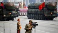 Auf einer Militärparade in Pjöngjang werden Interkontinentalraketen präsentiert.