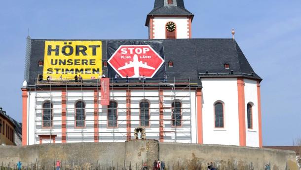 Anti-Fluglärm-Protest auf dem Kirchendach