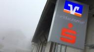Die Frankfurter Volksbank und die Taunussparkasse legen einige ihrer Filialen zusammen. (Symbolbild)