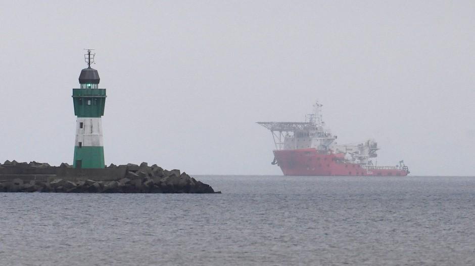 Sieht so ein Schiff aus, das an einer sterbenden Pipeline arbeitet? Ein russisches Spezialschiff vor dem Hafen Mukran auf Rügen