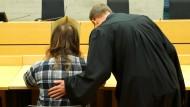 Der wegen fahrlässiger Tötung angeklagte Vater sitzt zu Prozessbeginn neben seinem Anwalt.