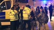 """Die Opfer brauchen auch psychische Unterstützung. """"Nachdem ich aufstand und umherging, sah ich rund 30 Leute auf dem Boden verstreut. Manche von ihnen waren tot, vielleicht auch nur bewusstlos"""", berichtet ein Augenzeuge dem Sender BBC."""