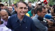 Jair Bolsonaro nach seiner Stimmabgabe.