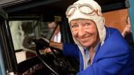 Die ehemalige Rennfahrerin sitzt hier in ihrem Oldtimer Hudo – der musste dieses Mal leider in der Garage bleiben.
