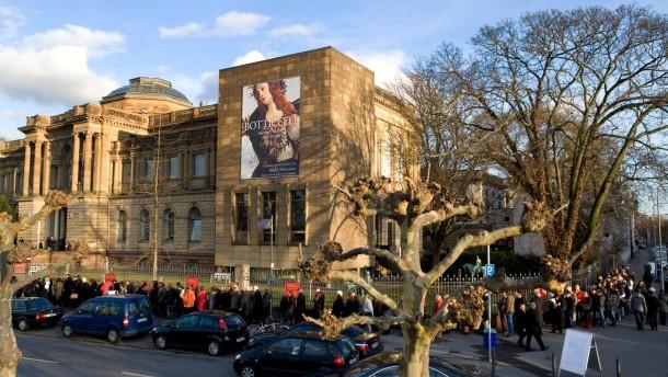 Botticelli-Ausstellung - aufgrund des starken Besucherandrangs auf die  Botticelli Ausstellung im Städelmuseum in Frankfurt kommt es regelmäßig zu einer langen Warteschlange vor der Kasse.