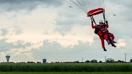 Spektakuläre Landung mit dem Fallschirm