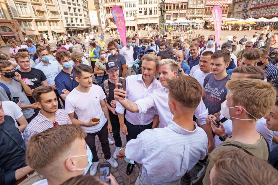 Die Gesellschaft verschmilzt mit ihren Selbstbildern. FDP-Kundgebung in Frankfurt am Main.
