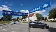 Im Stadtteil Südstadt von Güstrow gibt es noch viele Straßenschilder, die Namen aus DDR-Zeiten tragen.