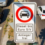 Durchfahrt verboten: Ältere Dieselfahrzeuge sollen die Hamburger Max-Brauer-Allee meiden.