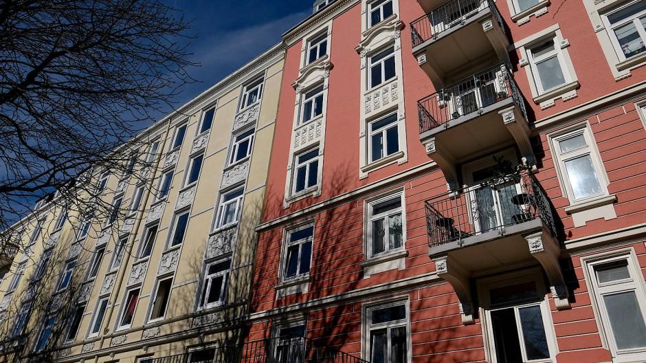 Die beste Art zu heizen: Sonne scheint in Hamburg auf die Fassade von Mehrfamilienhäusern.