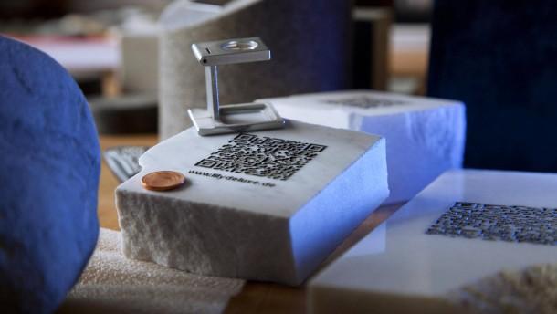 Grabsteine mit Internetverbindung - Der Kölner Steinmetz Andreas Rosenkranz meißelt zweidimensionale QR-Codes in Grabsteine ein, die Trauernde direkt zu den Internetseiten der Verstorbenen führt.