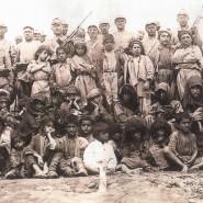 Verbrechen und Tabu: Soldaten posieren 1938 im Dorf Hopike, in der Nähe von Dersim, dem heutigen Tunceli, mit zusammengetriebenen Frauen und Kindern – wenig später wurden die meisten der Zivilisten umgebracht.