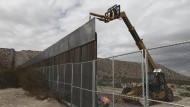 Arbeiter verstärken einen Grenzzaun zwischen den Vereinigten Staaten und Mexiko.