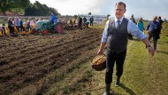 Thüringens Ministerpräsident Bodo Ramelow im September bei der Kartoffelernte in Heichelheim.