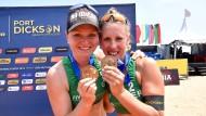Julia Sude (links) und Karla Borger mit Medaillen