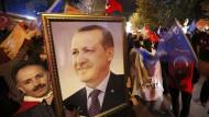 Ein Unterstützer von Recep Tayyip Erdogan feiert den Wahlsieg in Istanbul mit einem Bildnis des Präsidenten