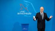 Der wiedergewählte Ministerpräsident Dietmar Woidke nach der Übergabe der Ernennungsurkunden in Potsdam