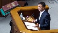 03.09.2019, Ukraine, Kiew: Wolodymyr Selenskyj, Präsident der Ukraine, spricht im Parlament zu den Abgeordneten.