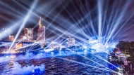 25. Jahrestag der Deutschen Einheit: Zur zentralen Feier in Frankfurt findet ein riesiges Bürgerfest statt. Eine Lichtinstallation illuminiert den Himmel.