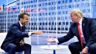 Hand drauf: Macron und Trump am Mittwoch in Brüssel.